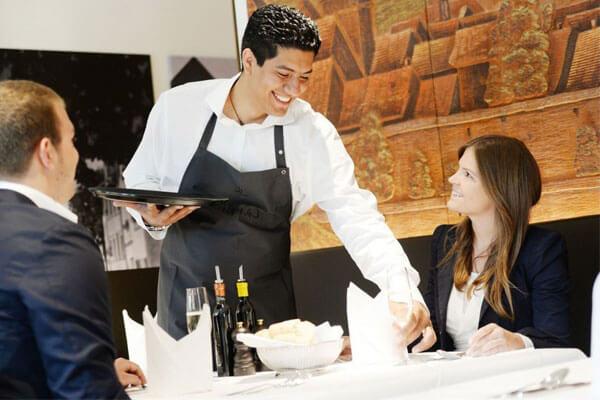 Kiểu dáng đồng phục đơn giản sẽ dễ dàng gây thiện cảm đối với khách hàng