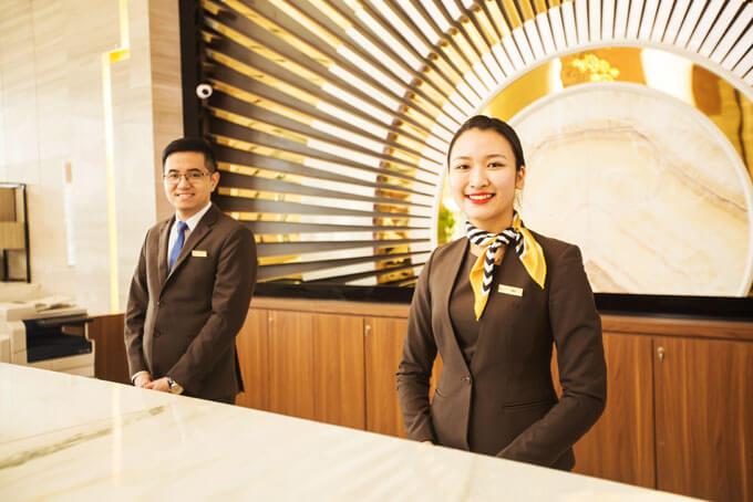 May đồng phục lễ tân khách sạn